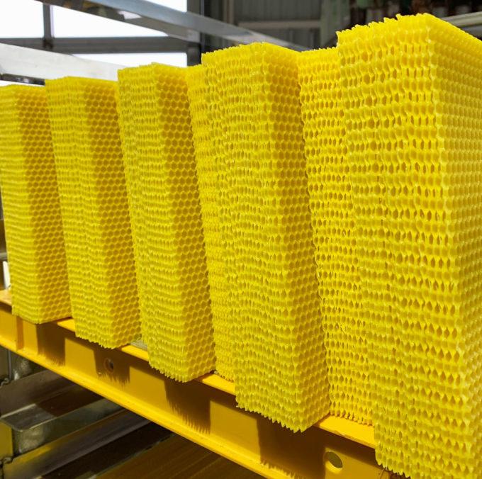 Eigenwachs Umarbeitung und Mittelwand Waben Produktion.
